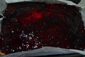 confiture de myrtille etaler sur la pâte sablé cuite