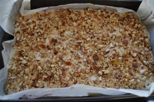 meringue parsemer d'amande hacher et de noix