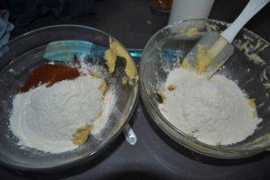 farine dans un et farine et cacao dans l'autre