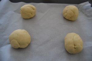 4 boules de pain façonner avant la pousse