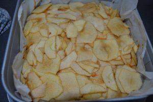 lamelles de pommes déposer sur le caramel en plusieurs couches