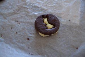 biscuit lapîn déposer sur la ganache