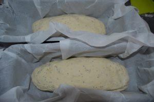 pâte déposer dans les moules à cakes