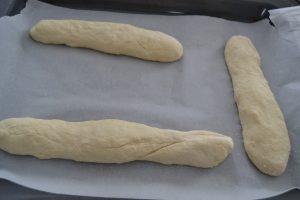 baguettes former avec les morceaux de pâte
