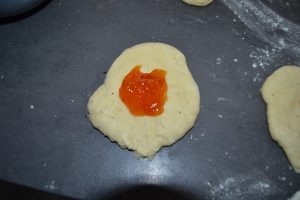 pâte aplatie et confiture d'abricot ajouter au centre