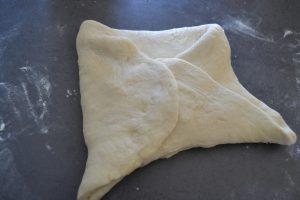 coté rabattus sur la pâte comme une enveloppe