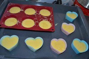 moule a muffin et individuel rempli de pâte à moelleux