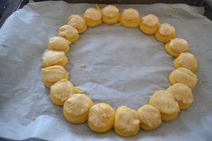 craquelins déposer sur les boules de pâte à choux