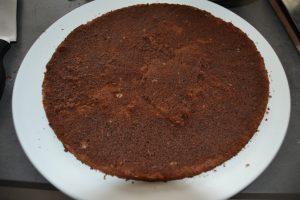 Génoise déposer dans un plat et imbibé de sirop au kirsch
