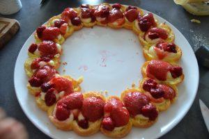 fraise et framboises déposer sur le coulis de fraises