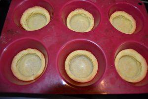 appuie au centre de la pâte pour former des tartelettes