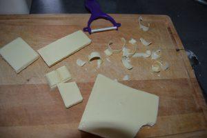 copeaux de chocolat blanc avec économe