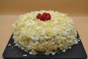 gâteau parsemer de copeaux de chocolat blanc
