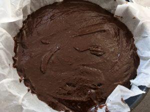 pâte verser sur le fond de biscuit