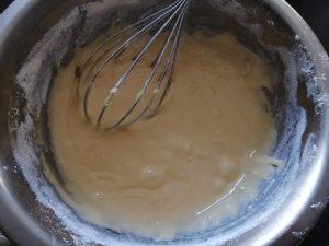 farine et levure mélanger