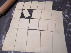 rectangle de pâte découper dans la pâte