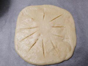 disque de pâte étaler et entaille sur le disque
