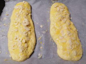 dorer au jaune et parsemer d'amandes effilées