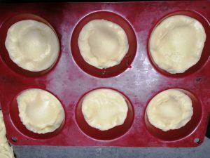 disque d epâtes déposer dans les moules à muffins