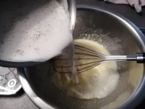 lait bouilli verser sur la préparation