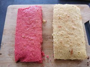 rectangle de gâteau rose et gâteau blanc