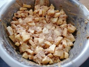 pommes en morceaux ajouter et enrober de pâte