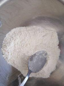 mélange farine, sel, sucre, et levure