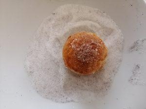 beignets roulés dans le mélange sucre et vanille
