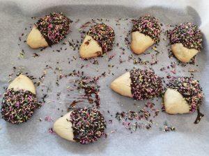 sablés recouvert de chocolat à moitié et saupoudrer de vermicelles choco