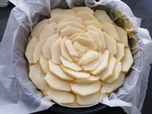 pommes en couper en lamelles déposer sur la pâte